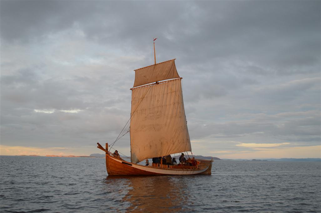 Skårungen i lav sol. Fin båt.