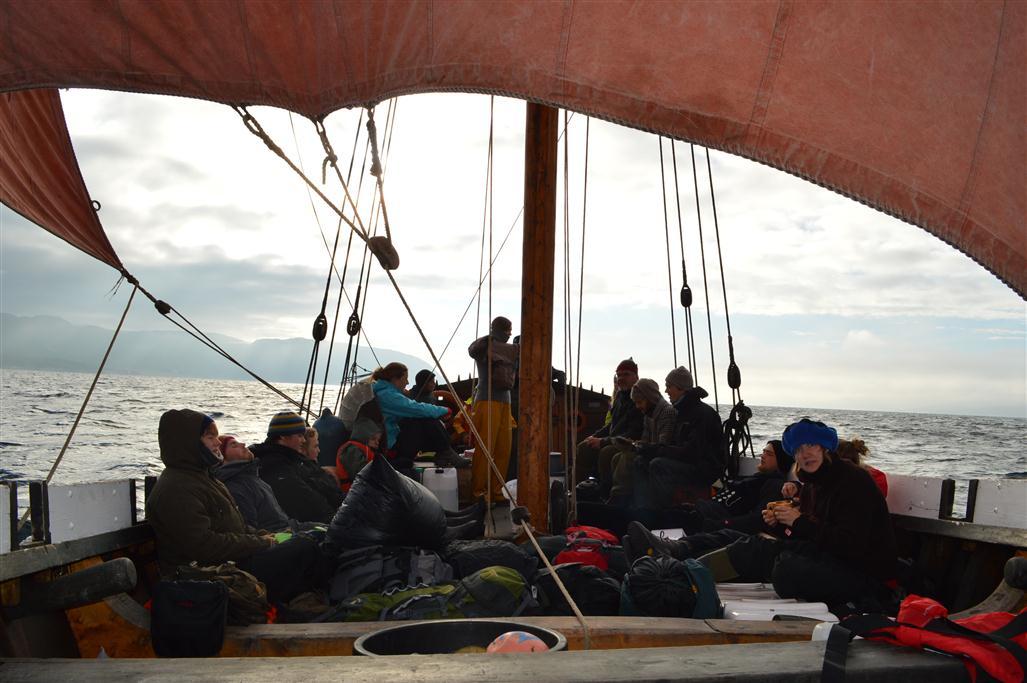 Vikingen under segl og båten full av folk